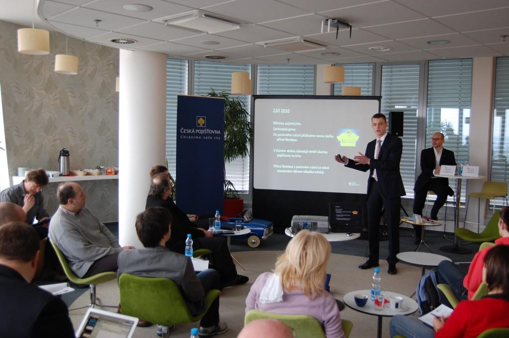 Mobilní aplikaci POJIŠŤOVNA na tiskové konferenci představuje výkonný ředitel České pojišťovny Pavel Řehák.